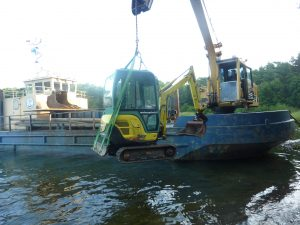 Minigrävmaskinen transporteras till platsen av M/S Kuuppa